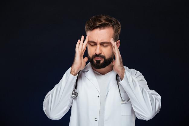 Médico demonstrando preocupações
