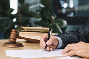 Juiz assinando um documento