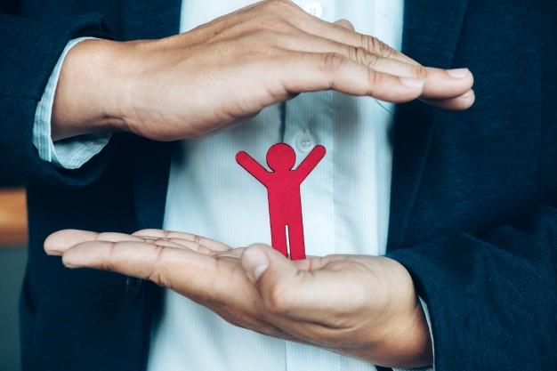 Mãos protegendo icone representativo de pessoa